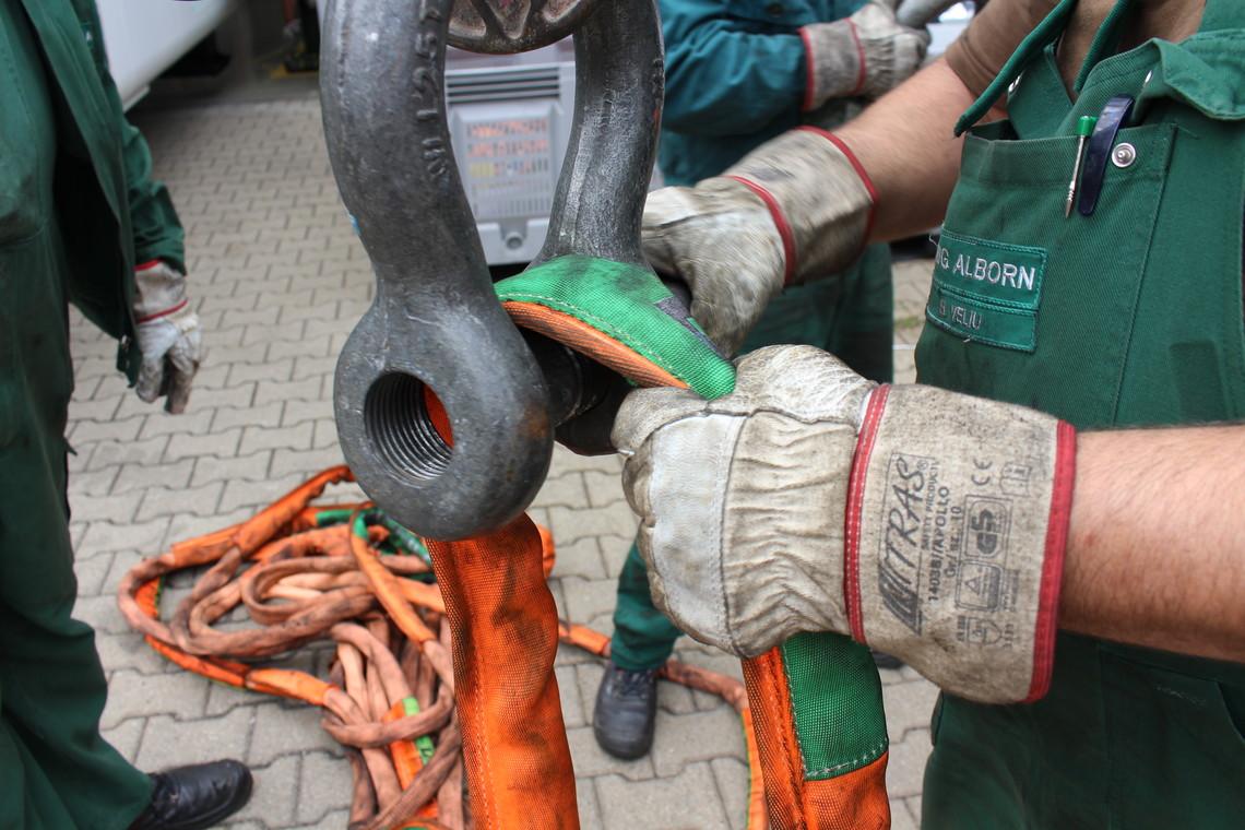 Schäkel als Verbindung von Anschlagketten mit ISH zur Magnum-X-Rundschlinge. Die Rundschlinge muss vollflächig auf dem Schäkelbolzen aufliegen.