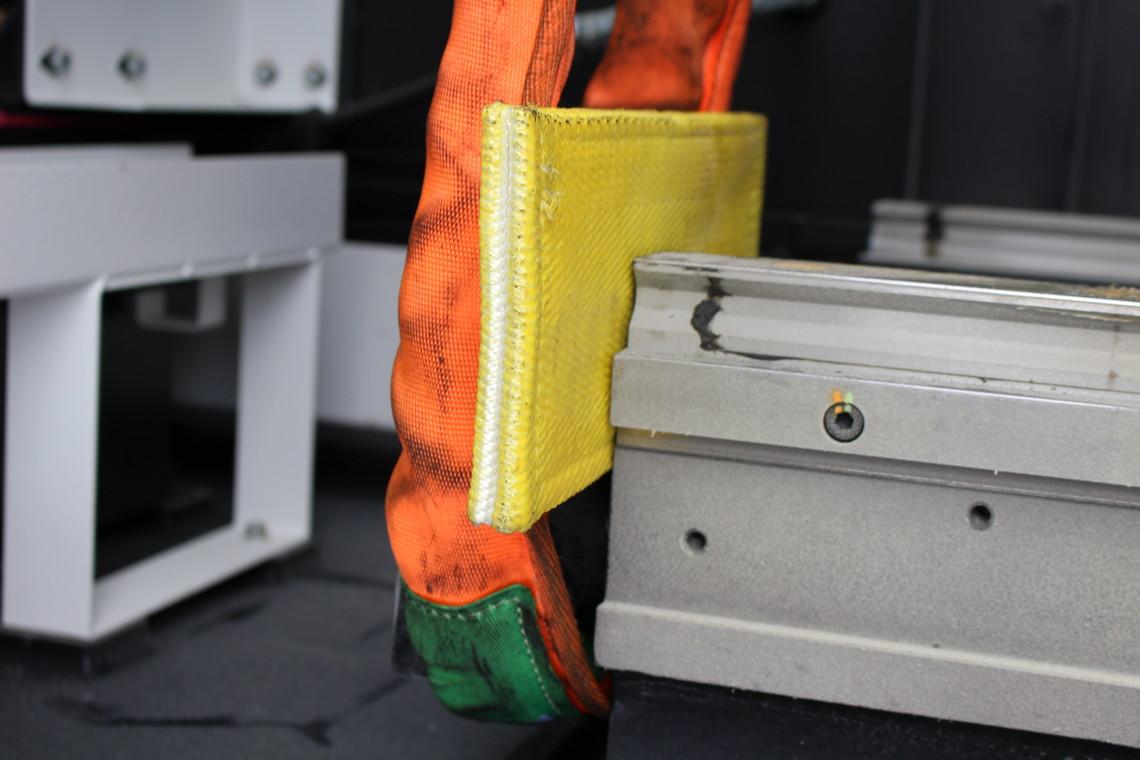 Auf der anderen Seite werden die Magnum-X-Rundschlingen direkt in den Anschlagpoller gehängt. Schutz vor scharfkantigen Maschinenteilen bieten secupads.