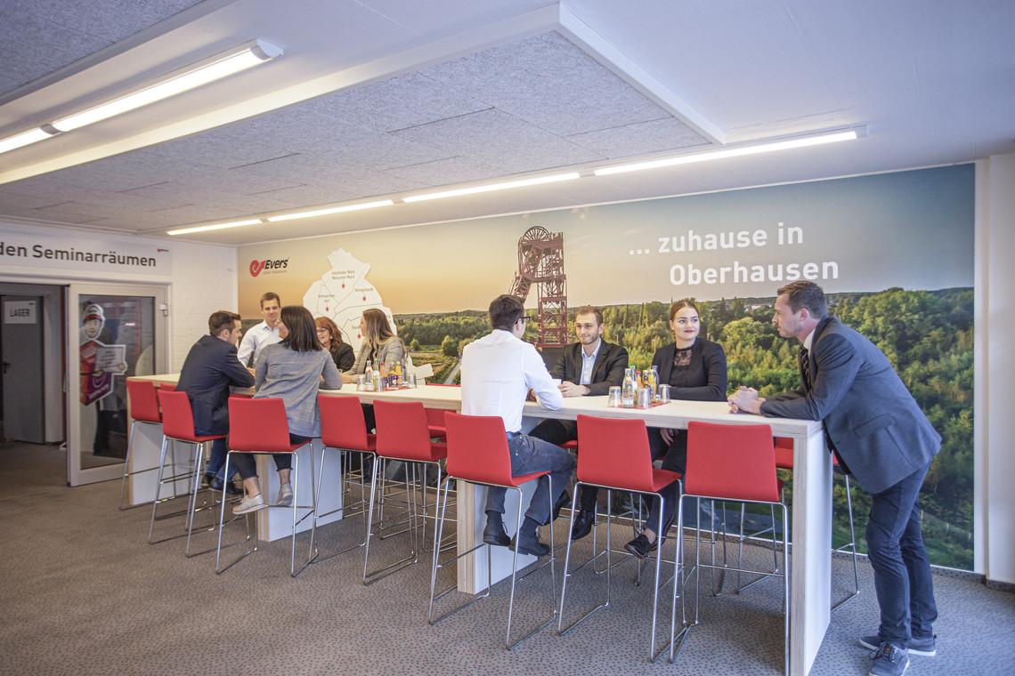 Zuhause in Oberhausen: Wir sind eng verbunden mit dem Standort Oberhausen und zeigen das u. a. in den Pausenräumen unserer Fach-Akademie.