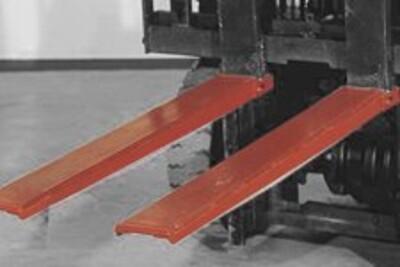 Schwerlastzinkenschutzschuh montiert an einem Gabelstapler