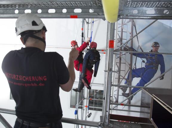 """Praxisorientierte Schulungen am """"Turm"""": Das in 2011 installierte und sieben Meter hohe Trainingsgerüst ist zentraler Bestandteil des praxisorientierten Seminarwesens im Bereich PSAgA."""