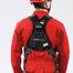 Die Rückseite eines Evers-Mitarbeiters, der den Evers 2-Punkt-Auffanggurt PREMIUM. Zudem trägt er