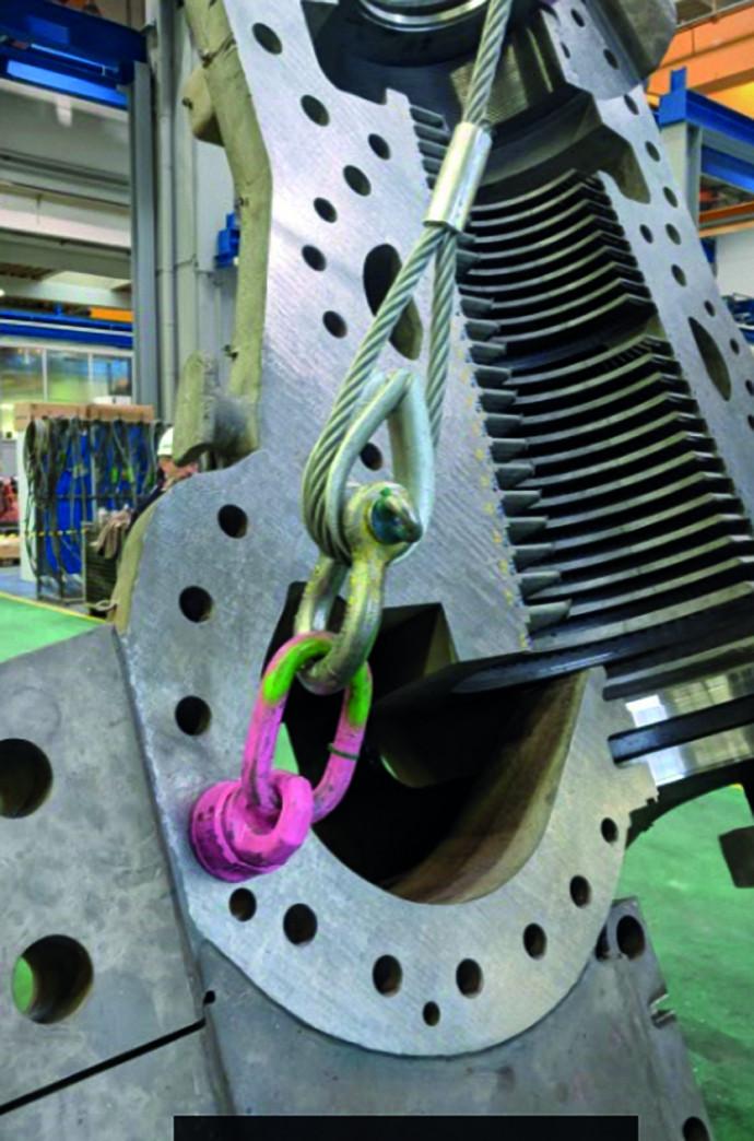 Drahtseil mit Schwerlastkausche per Schäkel an einem Anschlagpunkt eines Maschinenbauteils befestigt