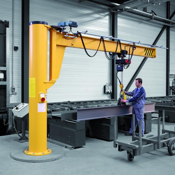 Das Foto zeigt die Anwendung des Säulenschwenkkrans Assistent AS in einer Montagehalle