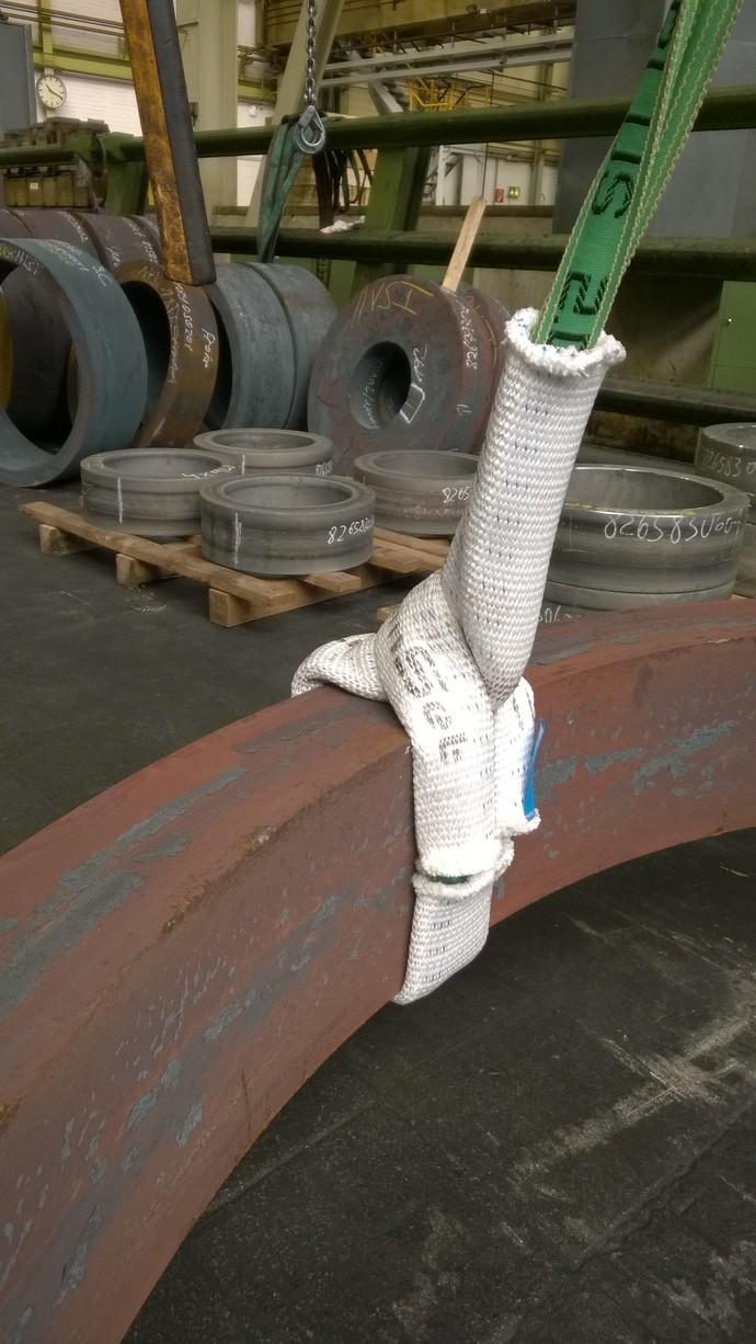 Nahaufnahme einer Rundschlinge die um ein ringförmiges Bauteil gewickelt ist und mit dem NoCut®sleeve vor der scharfen Kante geschützt wird