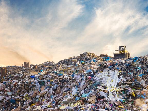 Müllkippe mit Bagger