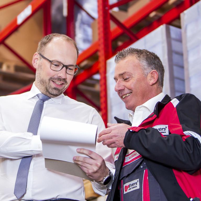 Das gesamte Team der Evers GmbH berät Kunden zu individuellen Lösungen: Hier einer unserer Mitarbeiter in einem Kundengespräch in dem firmeneigenen Hochregallager.