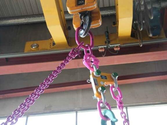 Aufhängeglied des Kettengehänges bildet Verbindung zum Kranhaken, verklanktes Verbindungsschloss zum Einhängeadapter für Druckluftkettenzug