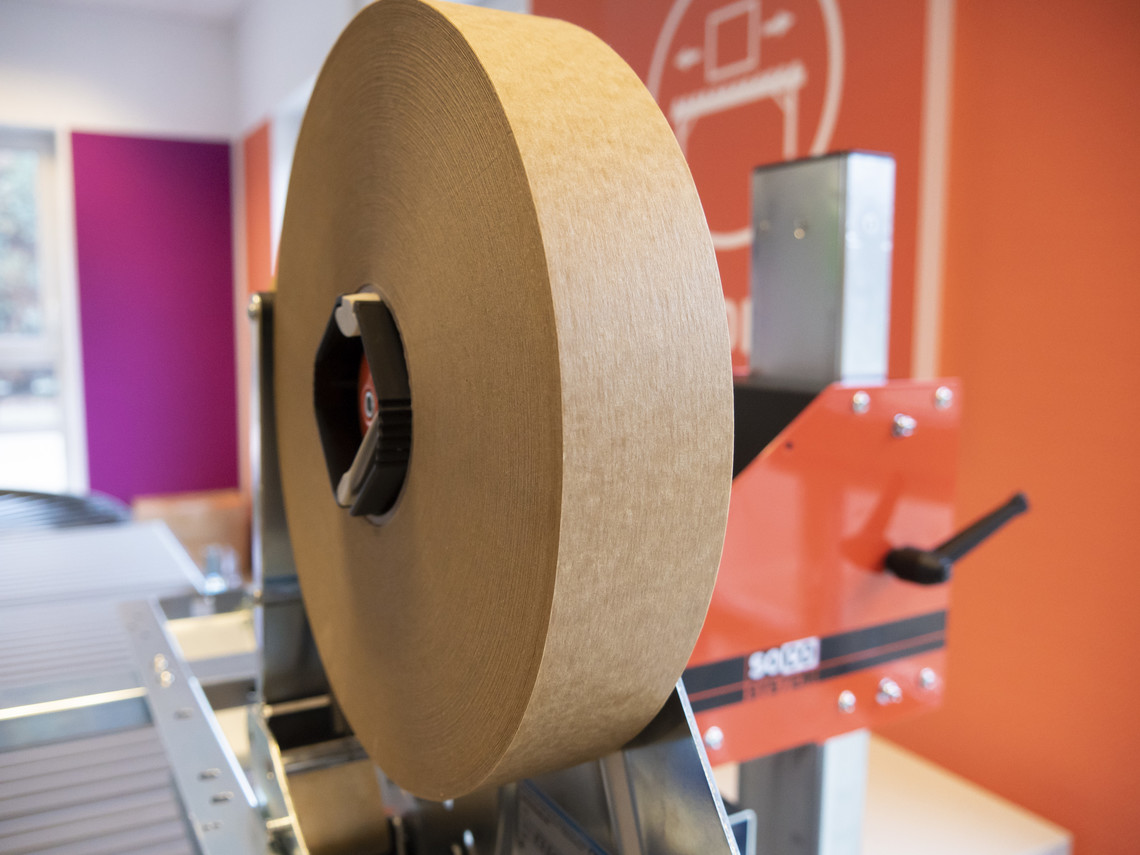 Papierklebeband an der Maschine angebracht