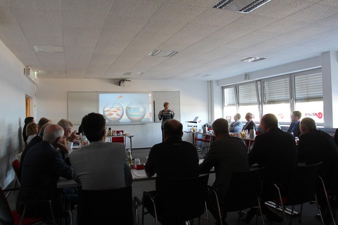 Julia Steiner referiert bei der Aufsichtsratssitzung der ENO über die Themen Innovation und Kommunikation