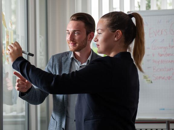 Zwei unserer Mitarbeiter beim Brainstoming. PROJEKTARBEIT wird bei uns groß geschrieben. Interdisziplinäre Teams sorgen seit 2017 für neue Denkansätze und Prozesse. 2018 ist das größte Projektjahr in der Geschichte der Evers GmbH