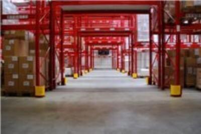 Anfahrschutz SAS-E an den Säulen der Hochregale eines Hallenlagers