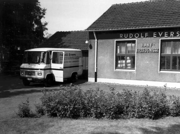 Die Wurzeln der Evers GmbH: 1930 gründet Rudolf Evers seinen eigenen Großhandel für Hanf Erzeugnisse, das schwarz/weiß Bild zeigt die Anfänge des Unternehmens