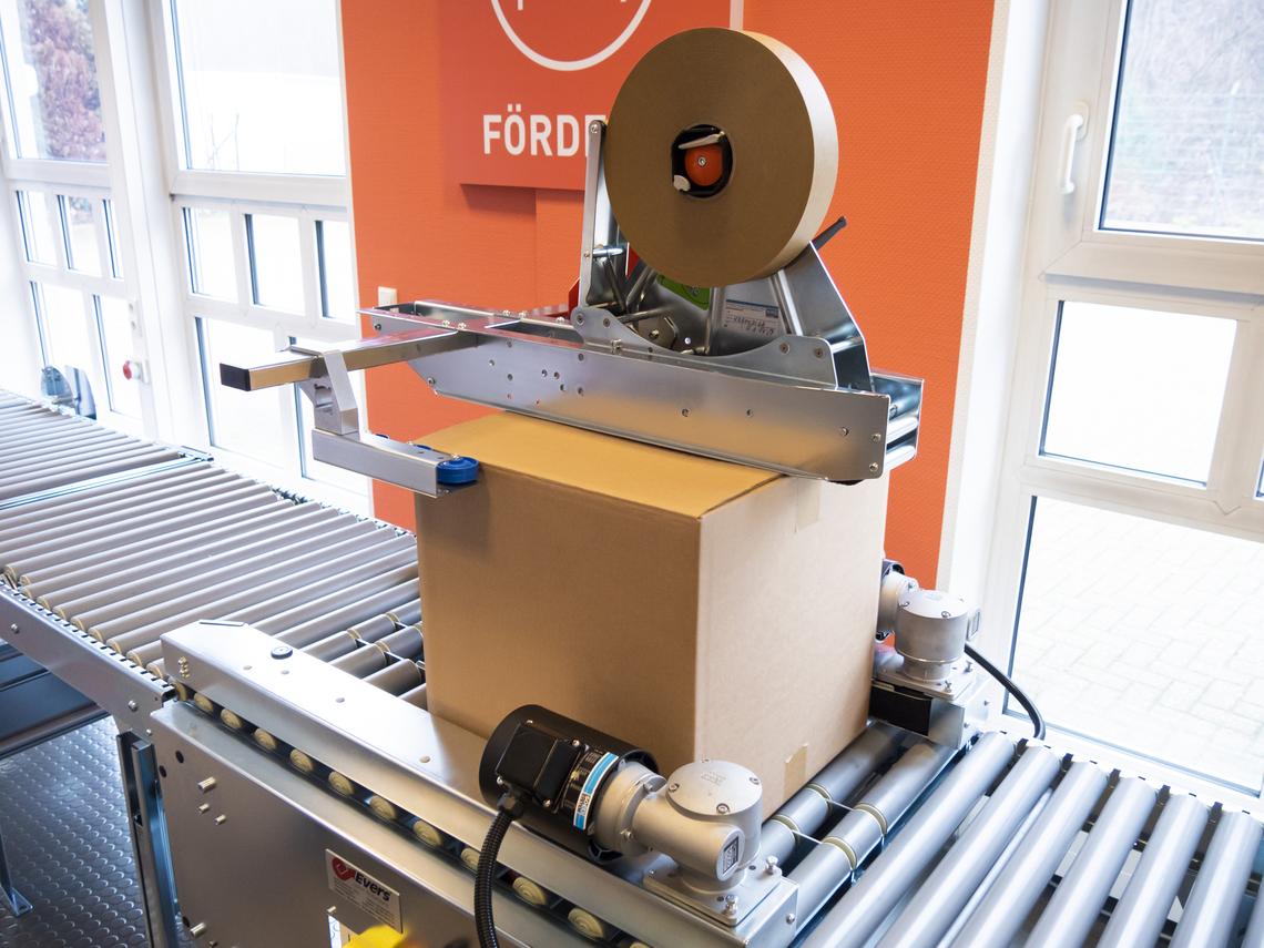 Kartonverschließmaschine mit Papier-Maschinenklebeband