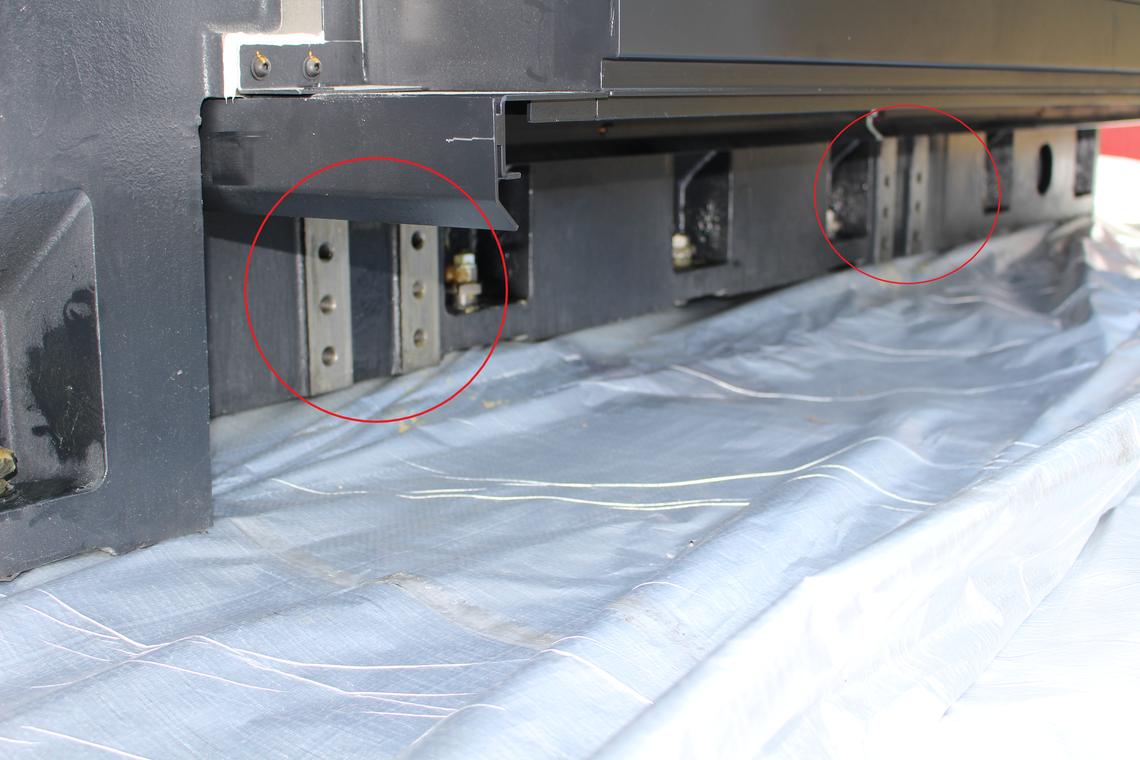 Anschlagpunkte unterhalb des Schwerpunktes: Vorgesehene Einschraublöcher für die vom Hersteller mitgelieferten Anbauhaken.