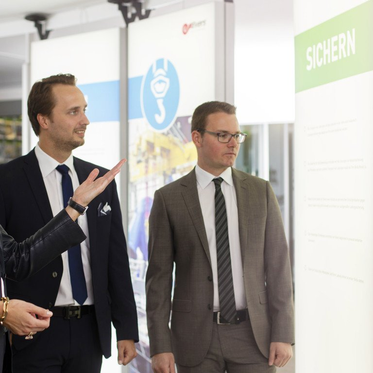 Zwei Männer bekommen in allen Kernbereichen der Evers GmbH eine Beratung