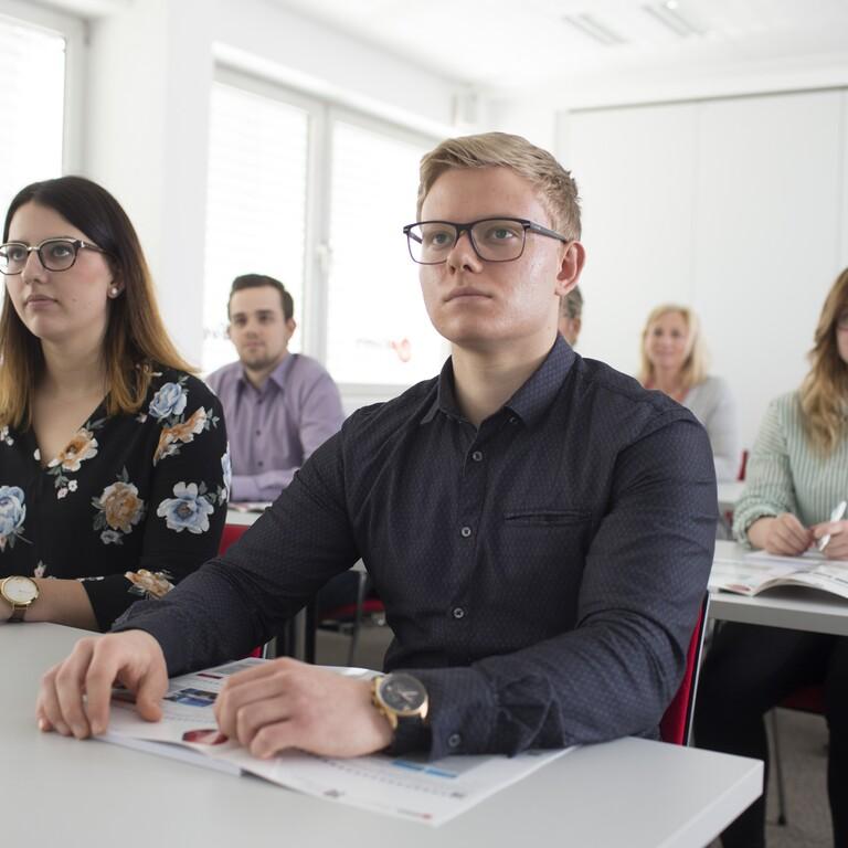 Ein Seminarraum gefüllt mit jungen Teilnehmern
