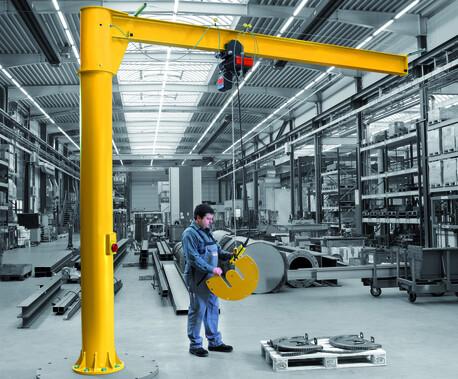 Das Foto zeigt die Anwendung des Säulenschwenkkrans Primus PS beim Heben von Maschinenkomponenten