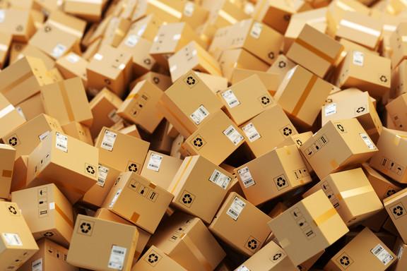 Evers Mitarbeiterin packt Paket