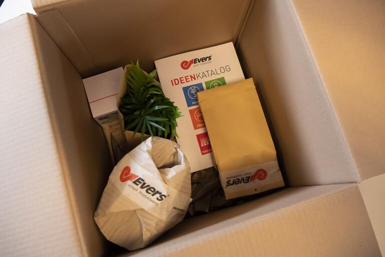 Eine Kartonage gefüllt mit Packgütern, die mit Papierverpackungen umwickelt wurden