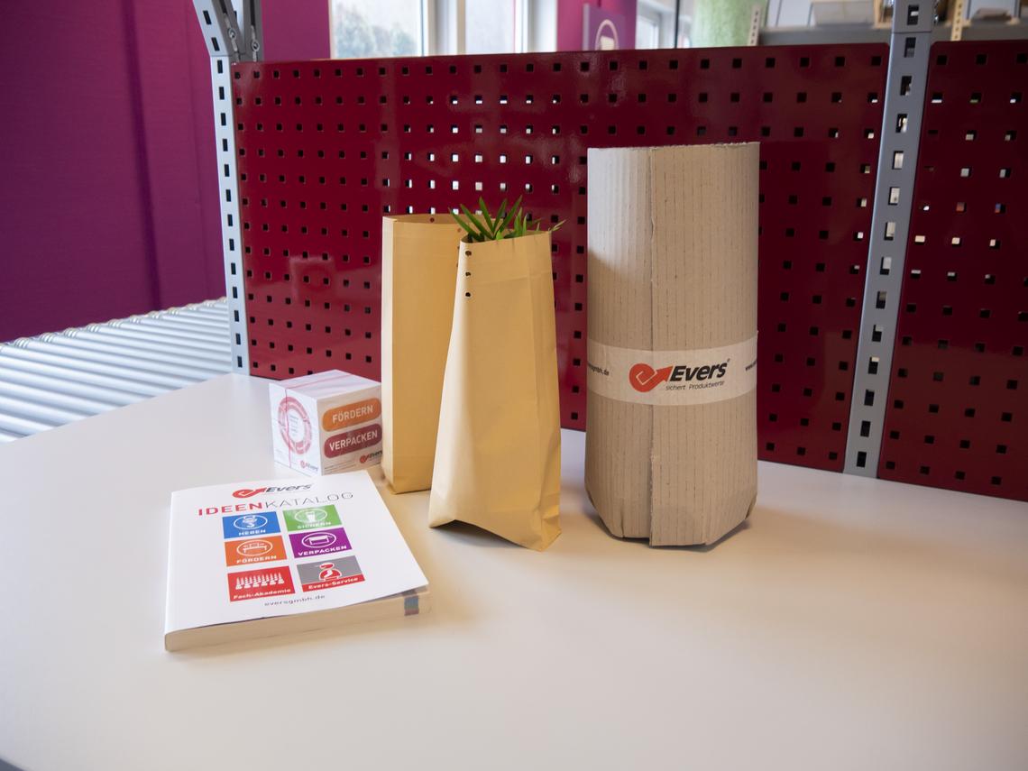 Kleinprodukte in Papierbeutel und Wellpappe verpackt
