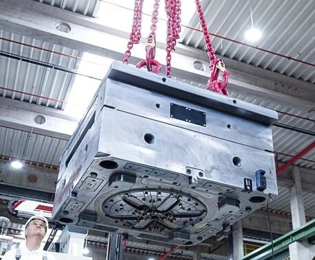 Heben eines Maschinenbauteils in einer Halle
