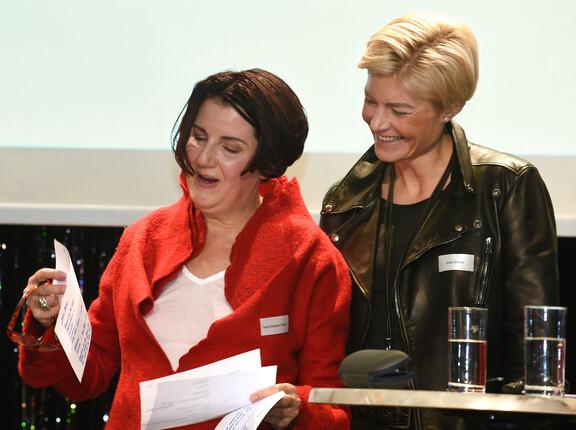 Petra Weyland-Frisch, Mitarbeiterin der OWT führt mit anregenden Fragestellungen durch den ABend
