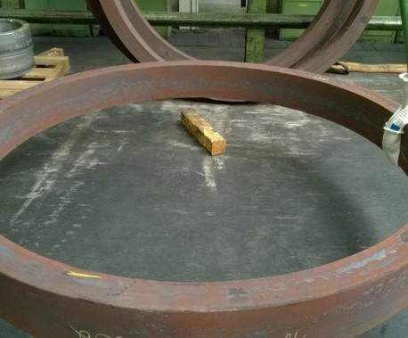 NoCut®sleeve beim Schutz einer Rundschlinge, während eine ringförmiges Bauteil gehoben wird