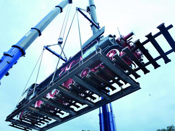 Modulare 10Verladen einer Museumslokomotive mit Schienen mit einer modularen 100-t-Spreiztraverse für vielfältige Anwendungen.